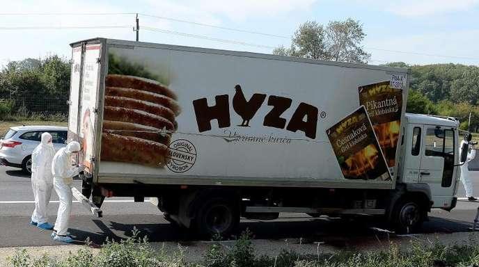 Der abgestellte Lkw mit den Leichen der Flüchtlinge war am 27. August 2015 auf einer Autobahn in Österreich gefunden worden.