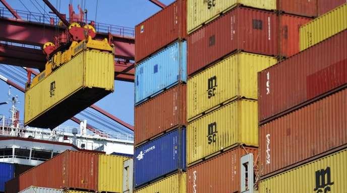 Containerschiff in China: Das Weiße Haushat angekündigt, eine Liste mit chinesischen Waren im Umfang von 50 Milliarden Dollar (43 Milliarden Euro) vorlegen zu wollen, auf die Zölle von 25 Prozent erhoben werden sollen.