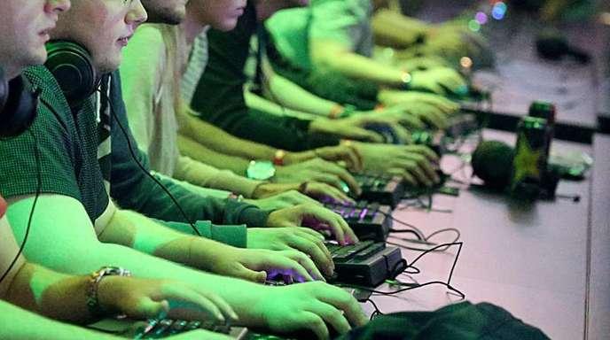 Computerspieler probieren Computerspiele aus. Wenn der Spaß überhand nimmt oder gar zur Sucht wird, wird es problematisch.