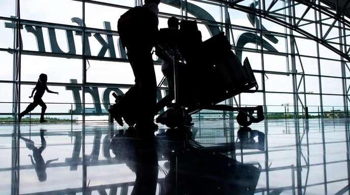 Am Frankfurter Flughafen müssen Urlauber am kommenden Wochenende Geduld mitbringen.