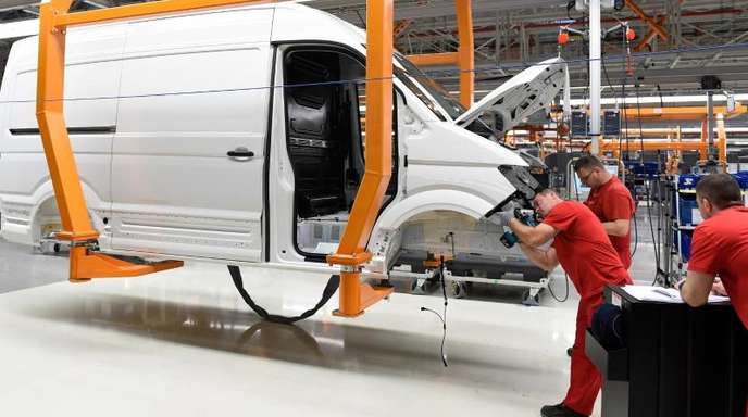 Mitarbeiter montieren im Volkswagen Nutzfahrzeuge-Werk in Polen ein Fahrzeug.