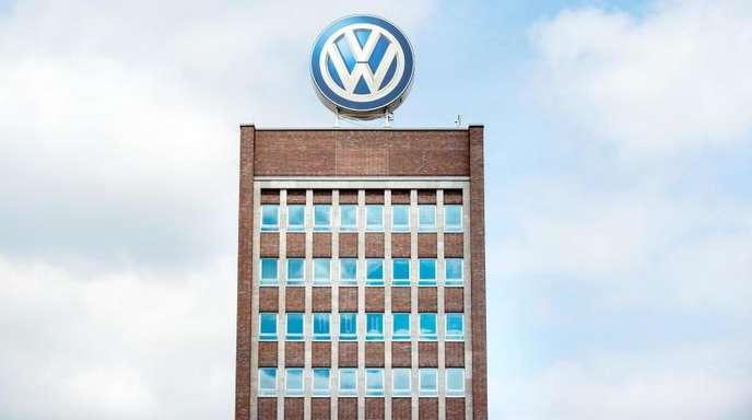 Das Volkswagenlogo auf dem Dach des Verwaltungshochhaus des Werks inWolfsburg.