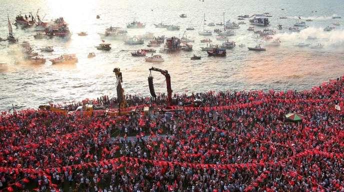 Tausende Menschen nehmen an einer Wahlkampfveranstaltung von Muharrem Ince, dem Präsidentschaftskandidaten der Oppositionspartei CHP, in Izmir teil.