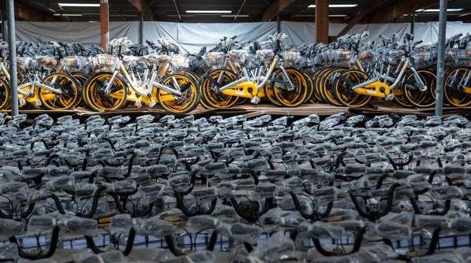 Leihfahrräder des Anbieters Obike stehen in einer Lagerhalle im schleswig-holsteinischen Barsbüttel.