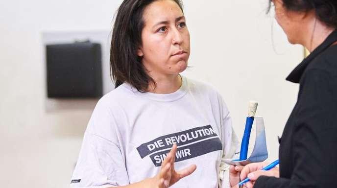 Studentin Yanina Cerón Klewer im Gespräch nach dem Fechtunterricht.