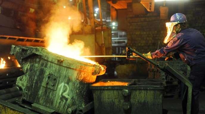 In der Neuen Halberg-Guss GmbH in Leipzig wird Schlacke aus einer Gießpfanne gezogen.