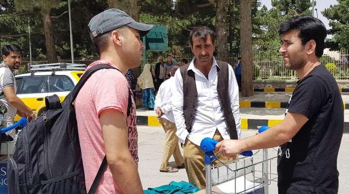 Aus Deutschland abgeschobene Flüchtlinge bei ihrer Ankunft vor einer Woche auf dem Flughafen in Kabul.