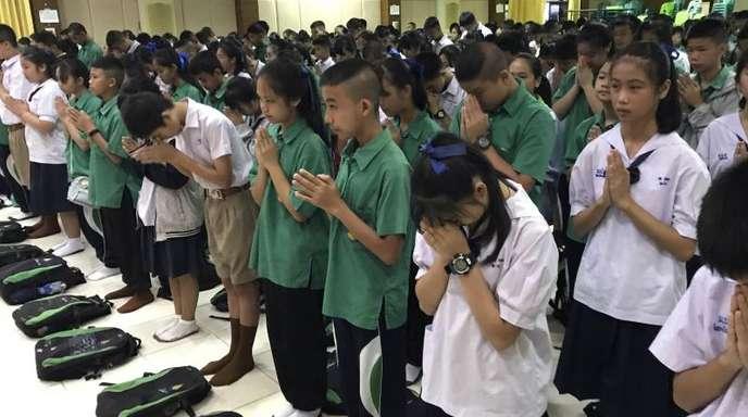 Schüler beten in der Mae Sai Prasitsart School in Chiang Rai, die sechs der zwölf geretteten Jungen besuchen.