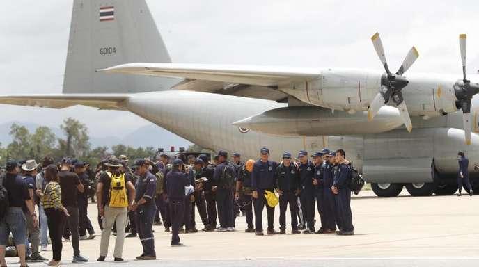 Nach der geglückten Rettungsmission machen Taucher der thailändischen Marine und Militärs in Chiang Rai ein Gruppenfoto.