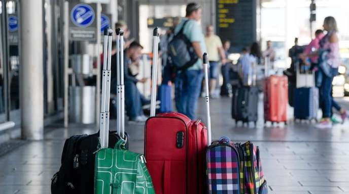 Fluggäste vor dem Helmut-Schmidt-Airport in Hamburg: Beschwerden über Verspätungen und Flugausfälle im europäischen Luftverkehr haben jüngst stark zugenommen.
