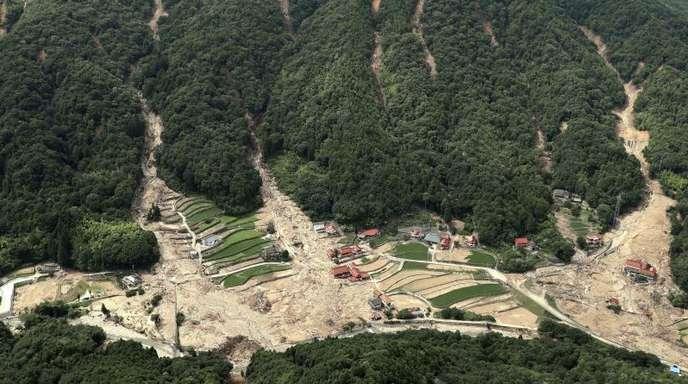 Nach heftigenRegenfällen haben Schlammlawinen Teile der westjapanischen Stadt Kure unter sich begraben.
