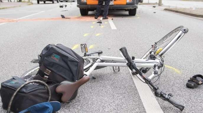 Wie das Bundesamt bereits Ende Februar mitgeteilt hatte, kamen 2017 bei Verkehrsunfällen auf deutschen Straßen insgesamt 3177 Menschen ums Leben.