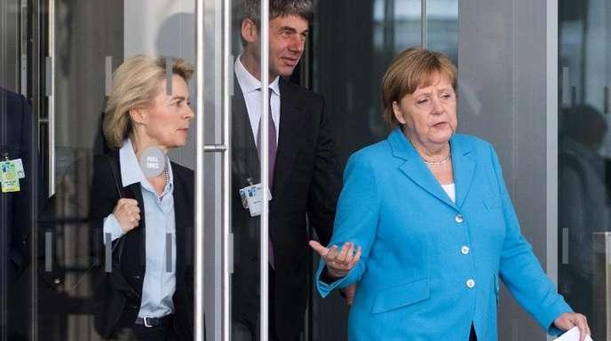 Angela Merkel geht mit Verteidigungsministerin Ursula von der Leyen zu einem Pressestatement zum Abschluss des Gipfels.