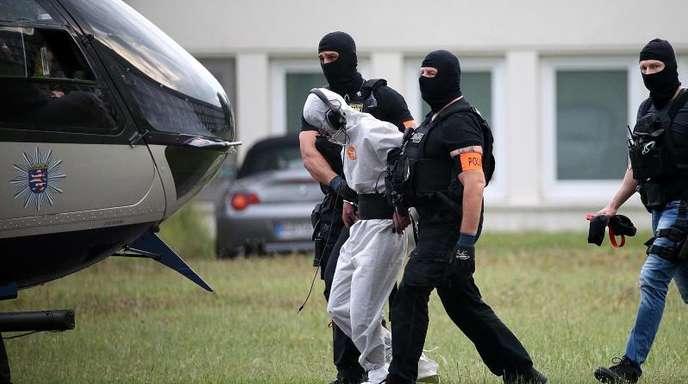 Ali B., der Tatverdächtige im Todesfall Susanna, wird zu einem Polizeihubschrauber gebracht und in eine Justizvollzugsanstalt geflogen.