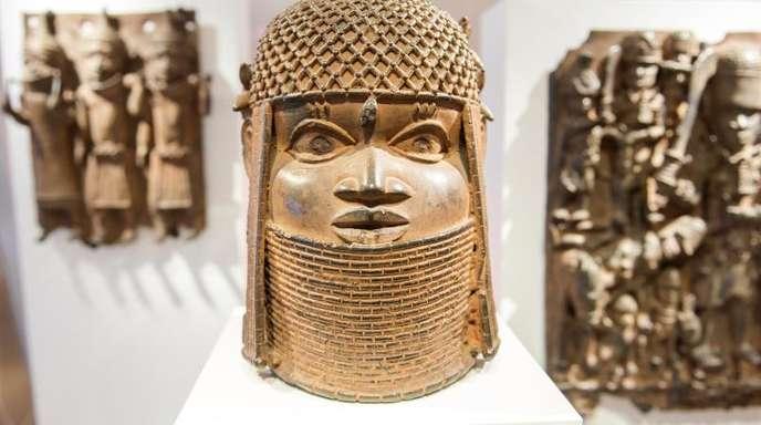 Drei Raubkunst-Bronzen aus Benin in Westafrika im Museum für Kunst und Gewerbe (MKG) in Hamburg.