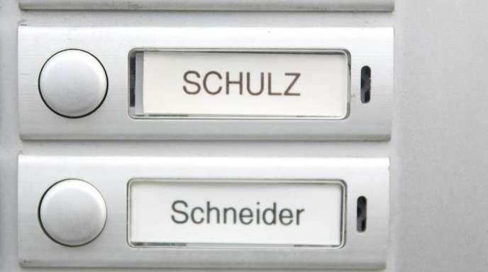 Typisch deutsche Namen auf Klingelschildern.
