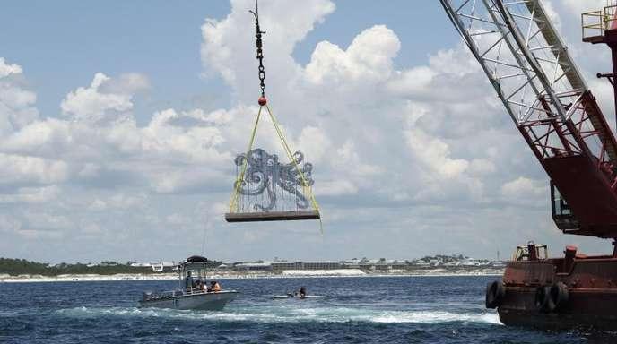 Die Skulptur «Anamorphous-Octopus» von Allison Wickey hängt an dem Kran eines Spezialschiffes und wird versenkt.