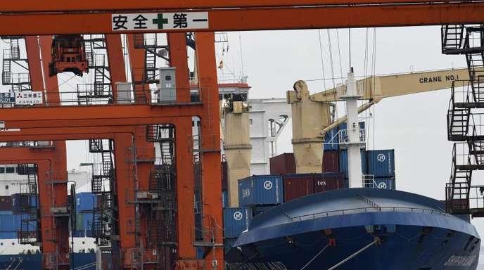 Containerschiffe im Hafen von Tokio. Japans Wirtschaft wächst.