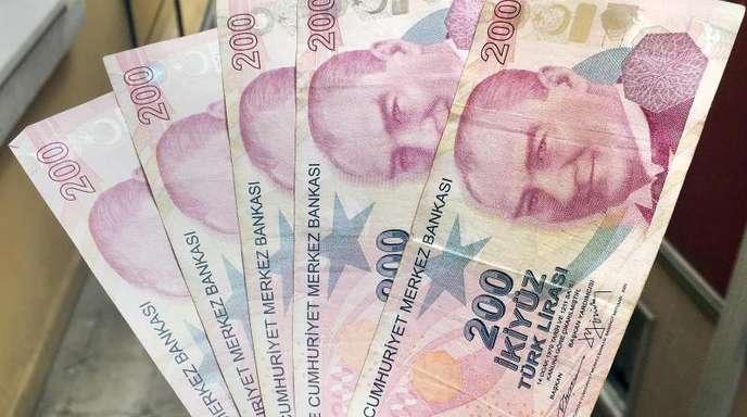 Zeitgleich zu den starken Verlusten der Lira ging es auch mit den Kursen der in US-Dollar ausgegebenen türkischen Staatsanleihen deutlich nach unten.