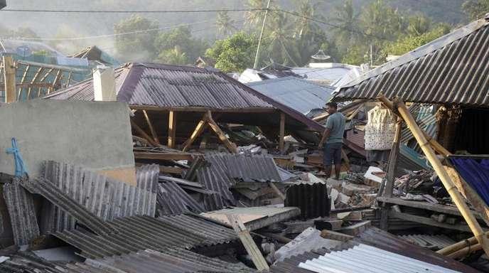 Ein Mann inspiziert den Schaden seines Hauses, das durch das verheerende Erdbeben zerstört wurde.