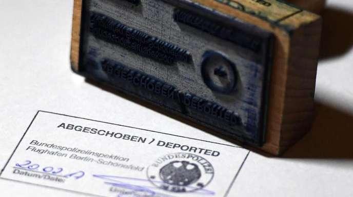 «Abgeschoben/Deported» steht auf einem amtlichen Stempelbild der Bundespolizei.
