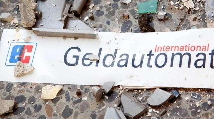 Splitter und ein Schild mit der Aufschrift «Geldautomat» liegen vor einem gesprengten Geldautomaten in einem Einkaufszentrum auf dem Fußboden.