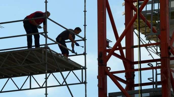 Zwei Arbeiter auf einer Baustelle in Hessen.