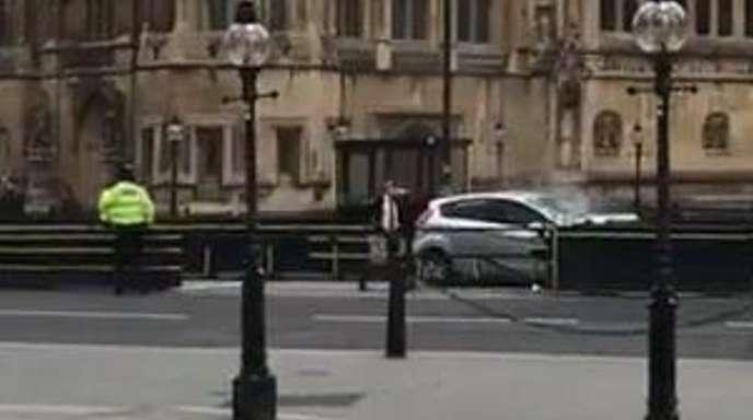 Vor dem Parlament in London ist eine Auto in eine Sicherheitsabsperrung gefahren.