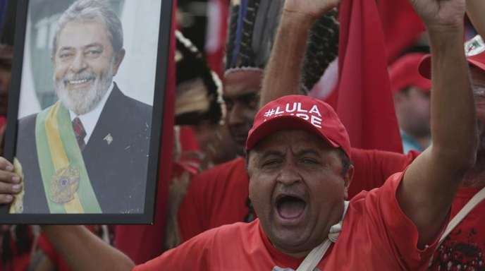 Ein Unterstützer hält bei einer Demonstration in Brasilia ein Foto des ehemaligen brasilianischen Präsidenten Lula da Silva.