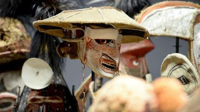 Masken, Ahnenpfähle und Tierfiguren aus Ozeanien.