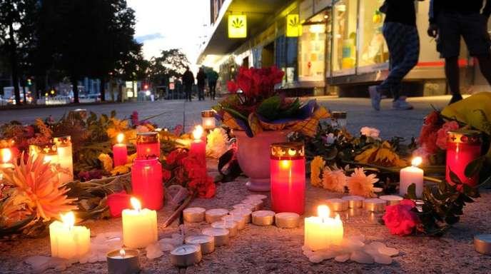 Blumen und Kerzen in der Chemnitzer Innenstadt: Nach dem verhängnisvollen Streit mit einem Todesopfer und zwei Verletzten endete das Stadtfest vorzeitig.