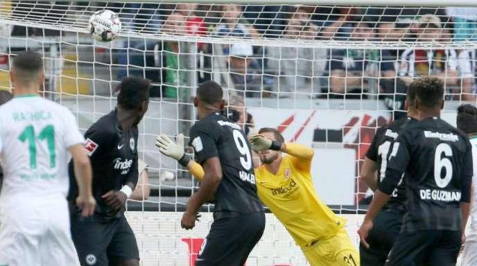 Der Frankfurter Torwart Kevin Trapp (M)kann das 2:1 für Werder Bremen nicht verhindern.