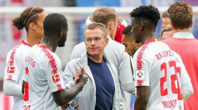 Die Leipziger warten unter Trainer Ralf Rangnick (M.) noch auf den ersten Saisonsieg.