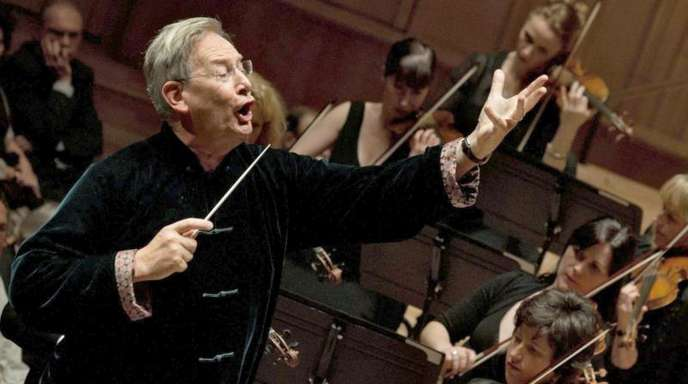 Der britische Dirigent Sir John Eliot Gardiner (l) mit dem Orchestre Revolutionnaire et Romantique 2012 in Budapest.