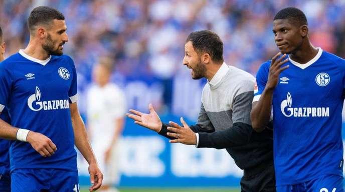 Schalkes Trainer Domenico Tedesco (M) wurde mit seinem Team durch Hertha BSC und einfachste Mittel entzaubert.