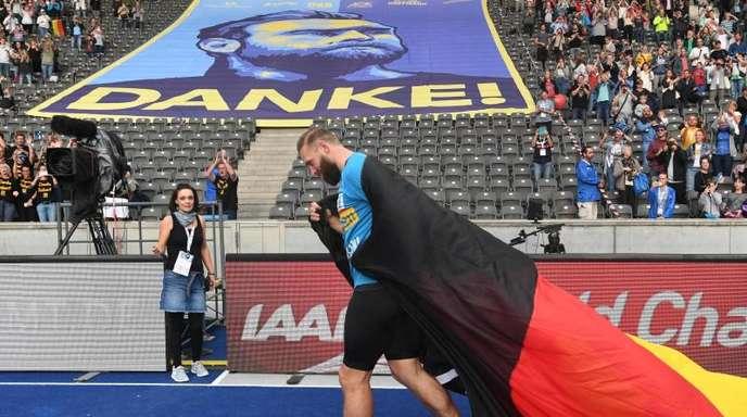Nach seinem letzten Auftritt als Diskuswerfer dreht Robert Harting beim ISTAF im Berliner Olympiastadion eine Ehrenrunde.