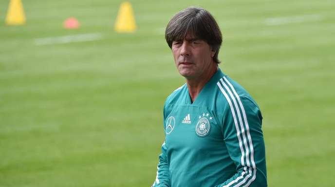 Der Mann mit der Pfeife: Bundestrainer Joachim Löw beobachtet das Training der Nationalspieler.