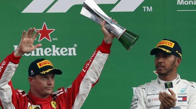 Kimi Räikkönen (l) feiert in Monza seinen zweiten Platz hinter Lewis Hamitlon. Die Personalie des Finnen bereitet Ferrari Entscheidungsprobleme.