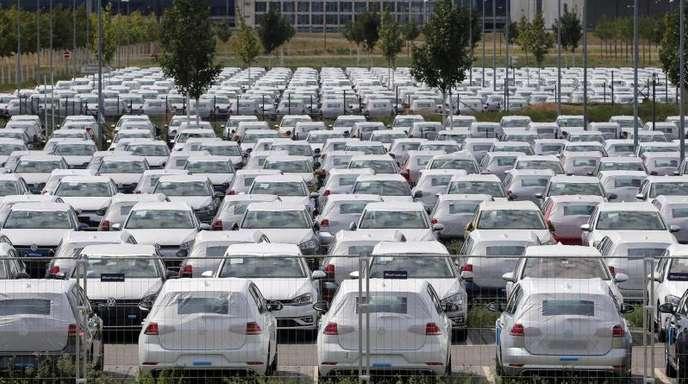 Nicht zugelassene Autos stehen auf einem Parkplatz des BER bei Berlin. Autoverkäufe sind in Deutschland auf einen Rekordwert.
