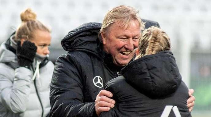 Bleibt noch länger Trainer der DFB-Frauen: Interims-Coach Horst Hrubesch.