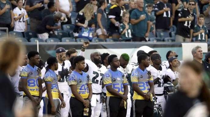 Das Team der Philadelphia Eagles steht während eines Spiels der Saisonvorbereitung bei der Nationalhymne zusammen.