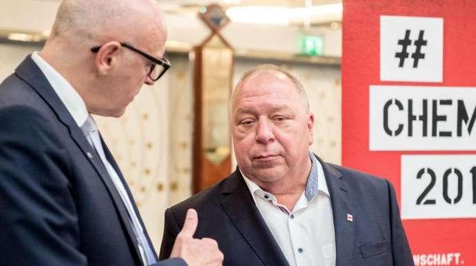 Die beiden Verhandlungsführer, Georg Müller (l) vom Bundesarbeitgeberverband Chemie und Ralf Sikorski von der IG BCE, unterhalten sich vor dem bundesweiten Auftakt der Tarifrunde.