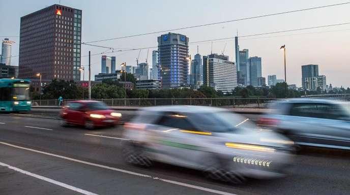 Pendler fahren mit ihren Autos über die Friedensbrücke in Frankfurt am Main.