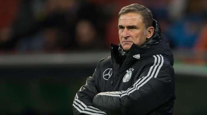 Trainer Stefan Kuntz schaut schon auf das Spiel in Irland.
