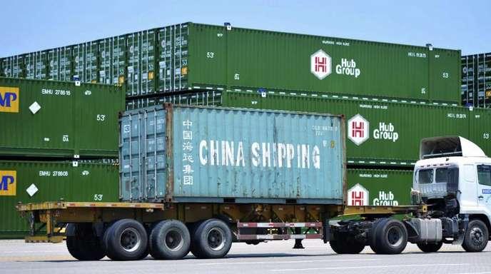 Container im Hafen der chinesischenStadt Qingdao.