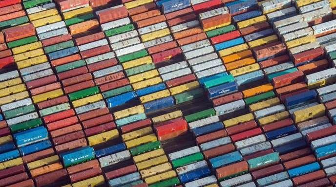 Container auf einem Terminal im Hafen vonHamburg.