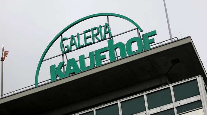 Der Schriftzug Kaufhof steht auf dem Dach der Filiale in Köln.
