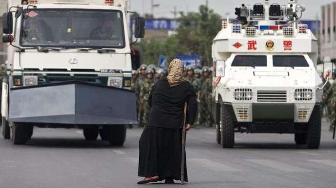 Massives Aufgebot von Sicherheitskräften bei einer Demonstration in Ürümqi in der Provinz Xinjiang.