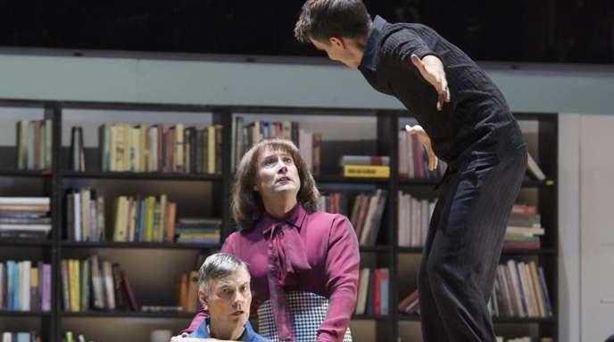 Die Opernsänger Alfred Reiter (l-r), Dmitry Egorov und Mikolaj Trabka bei der Probe zur Erstaufführung von Peter Eötvös «Drei Schwestern» auf der Bühne Oper Frankfurt.