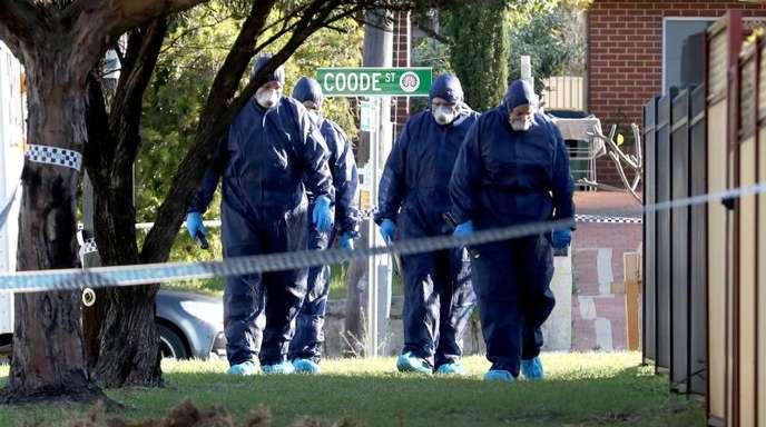 Spurensicherung in Perth: Polizisten untersuchen das Grundstück, auf dem die Toten entdeckt wurden.